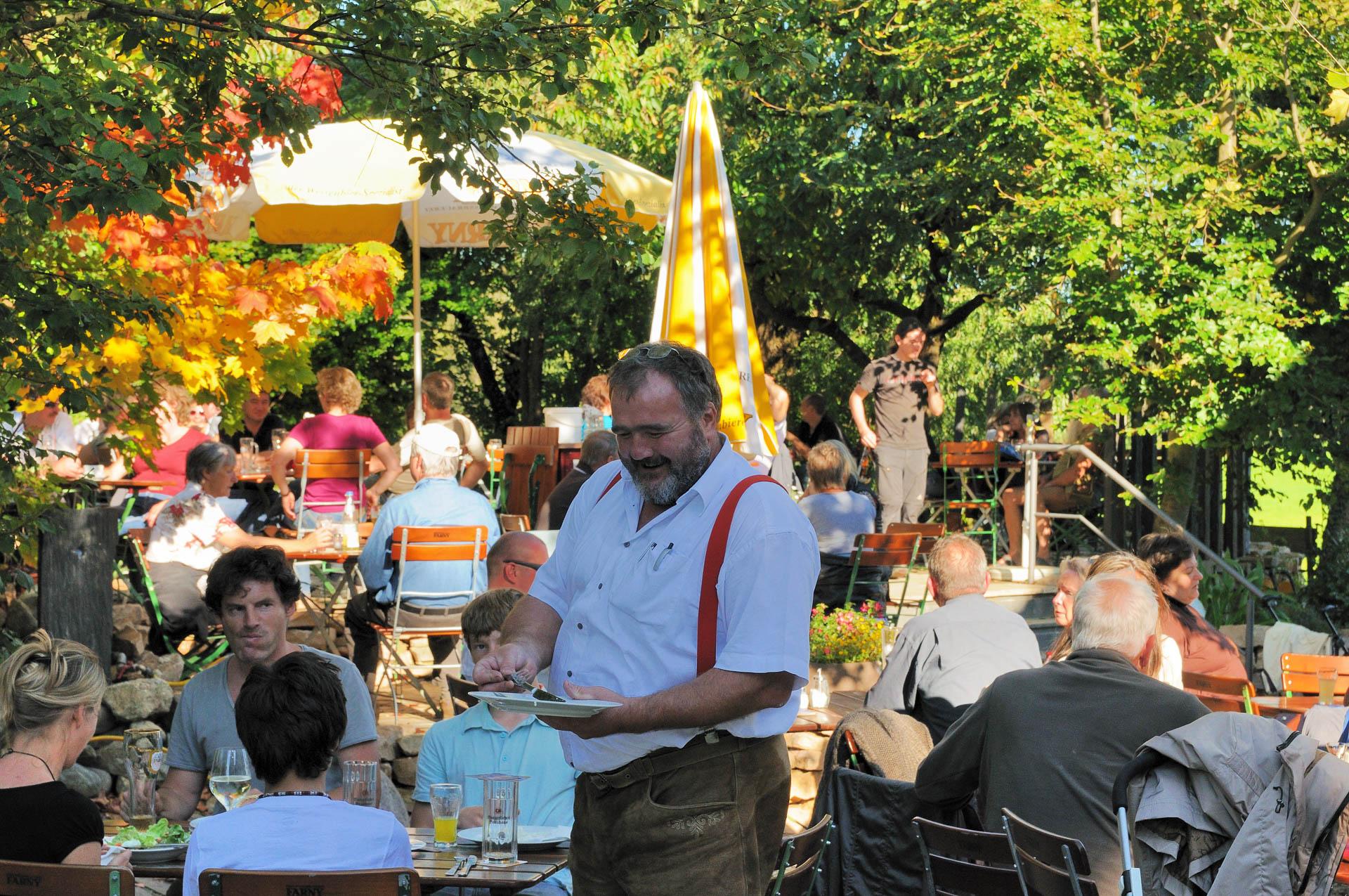 Adelbert das Original kümmert sich ums Wohl der Gäste im Biergarten bei Kressbronn am Bodensee
