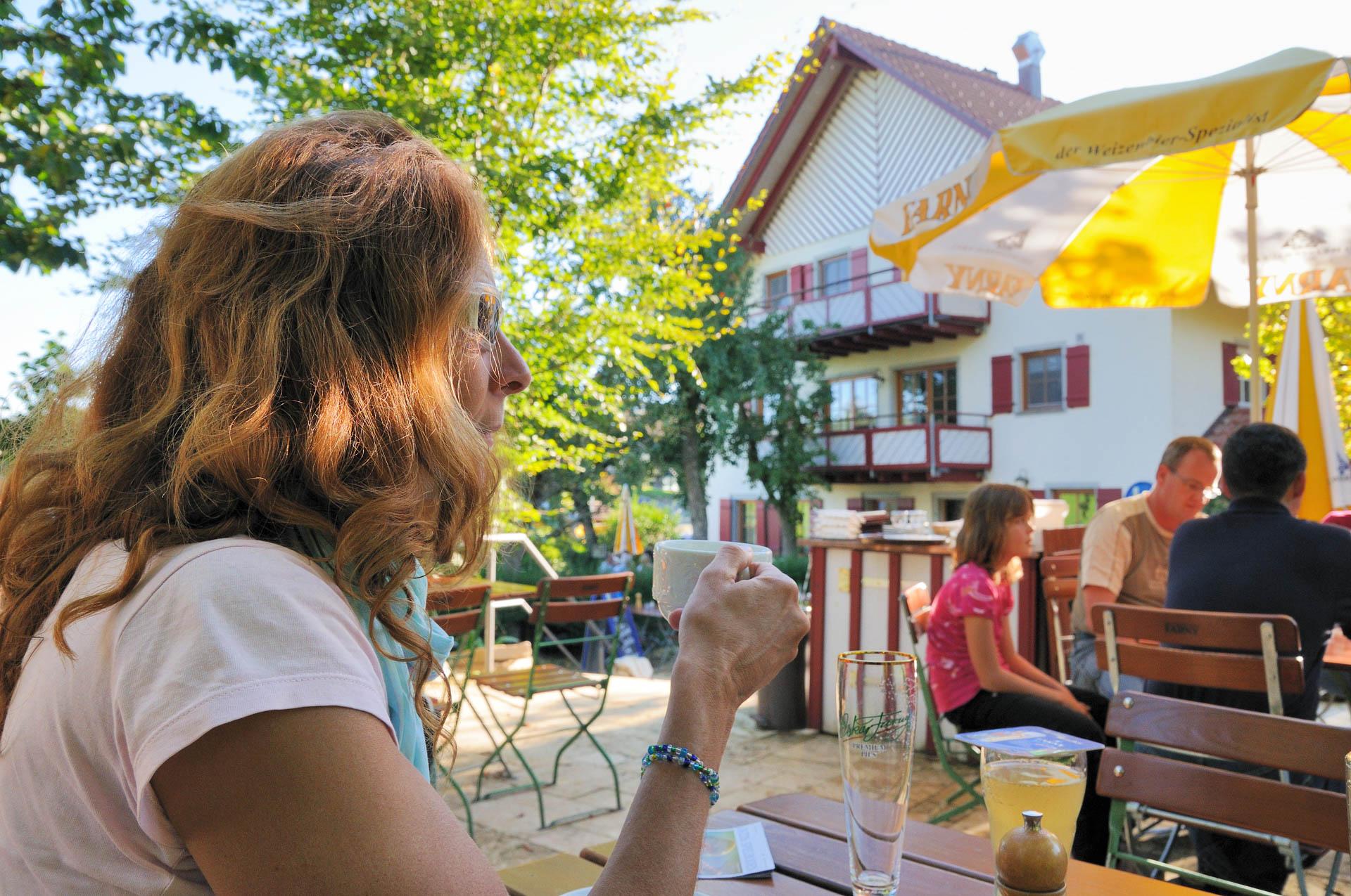 Gemütlich geht es zu im Biergarten des Gasthaus Seerose in Nitzenweiler bei Kressbronn am Bodensee