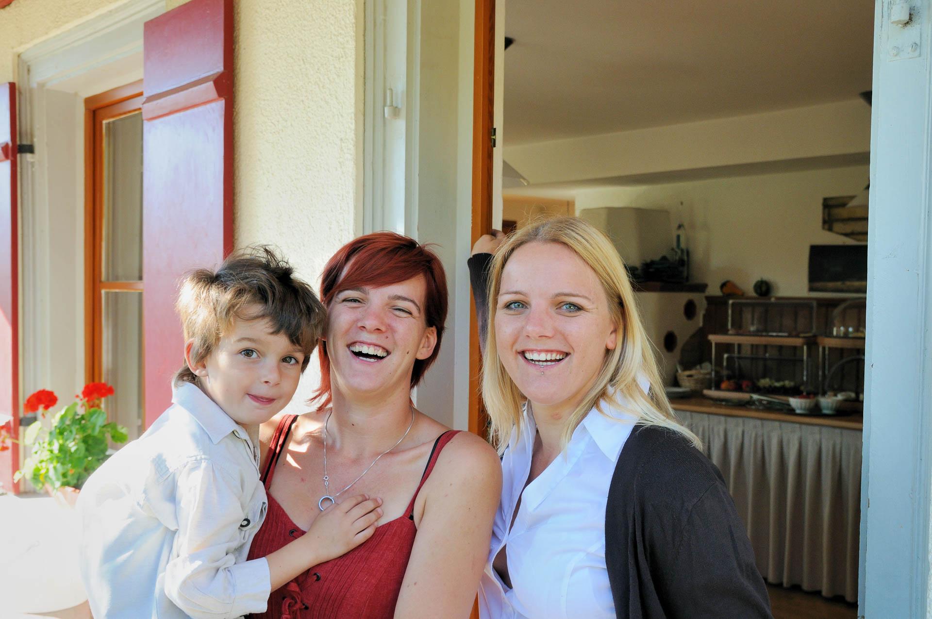 Enkel Anton und die Töchter Franzi und Steffi im Biergarten vor dem Gasthaus Seerose in Nitzenweiler bei Kressbronn am Bodensee