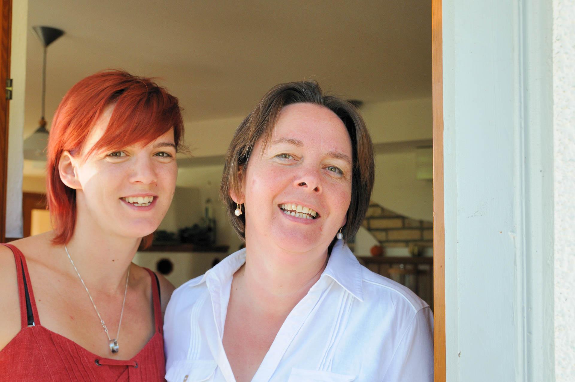 Franzi mit Mama Mira am Eingang zur Gaststube der Seerose