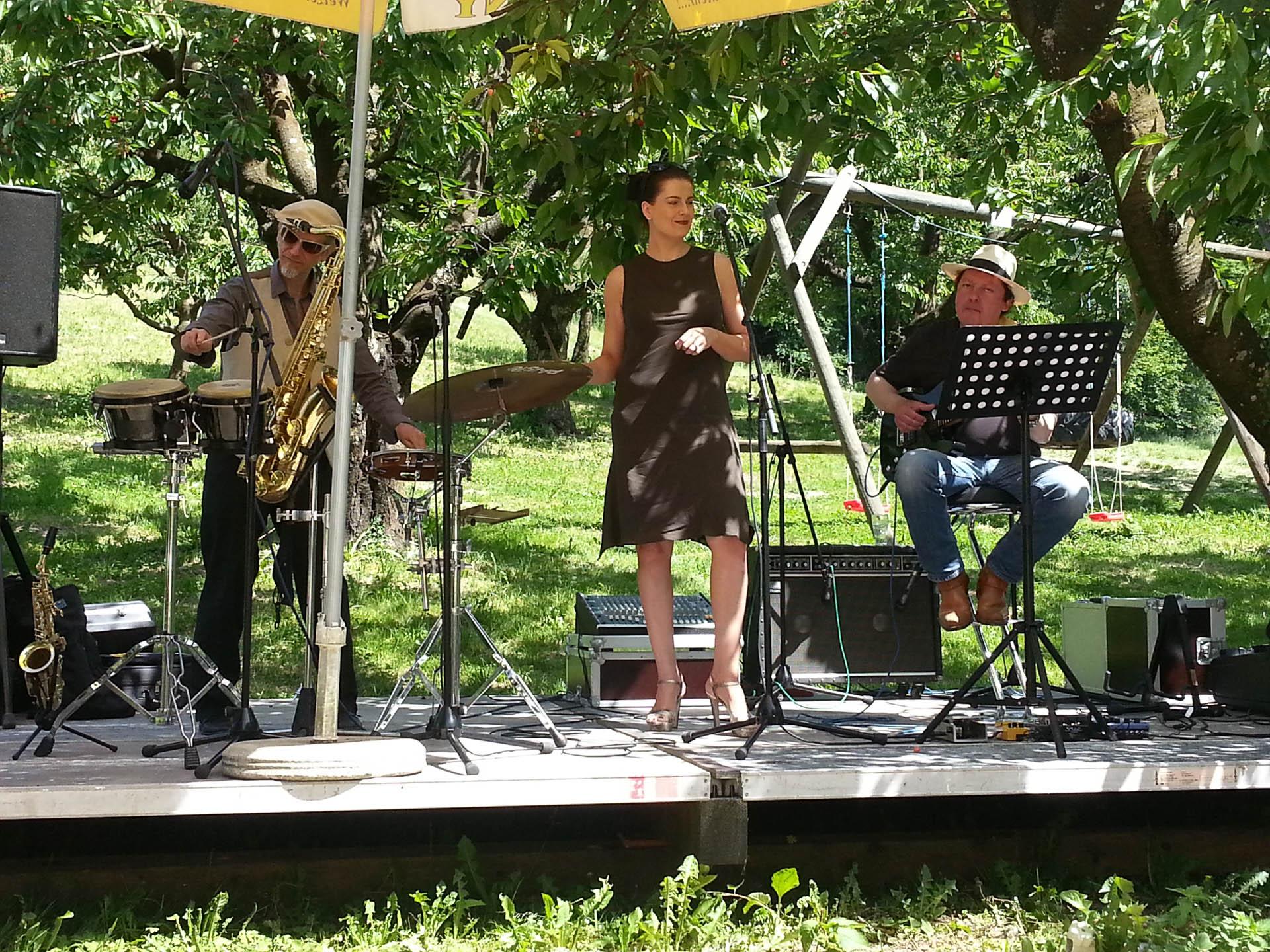 Das Bild zeigt Merk & Schreiber zusammen mit Isabella Pincsek: Vocals