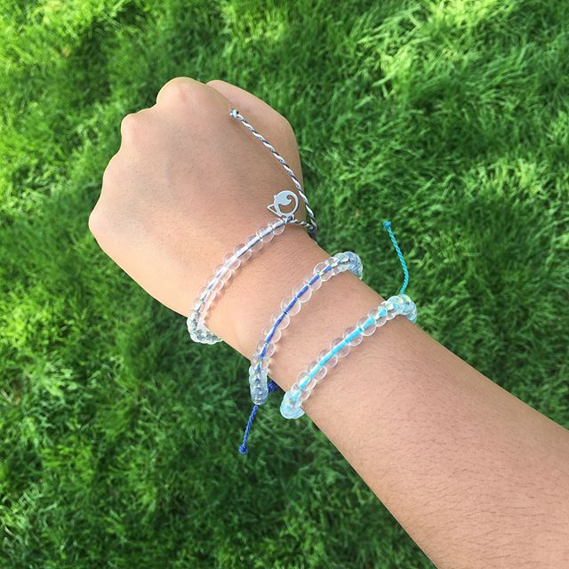 Fashion that feels good 🦈🌊🐳 cute + eco friendly @4ocean bracelets are made from 100% recycled materials. Each purchase goes towards funding of trash removal from the ocean or shark conservation!