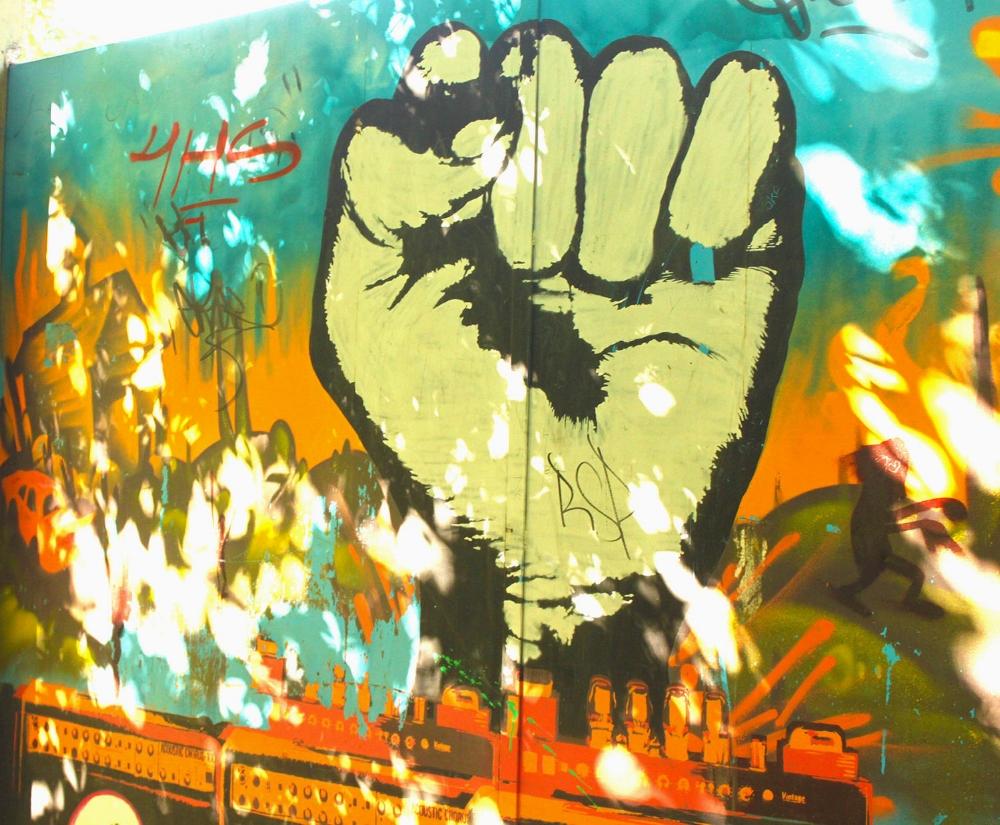 Photo by Allison Corbett, unknown artist. Barrio Meridiano V,La Plata, Argentina | Foto por Allison Corbett, artista no identificadx. Barrio Meridiano V, La Plata, Argentina