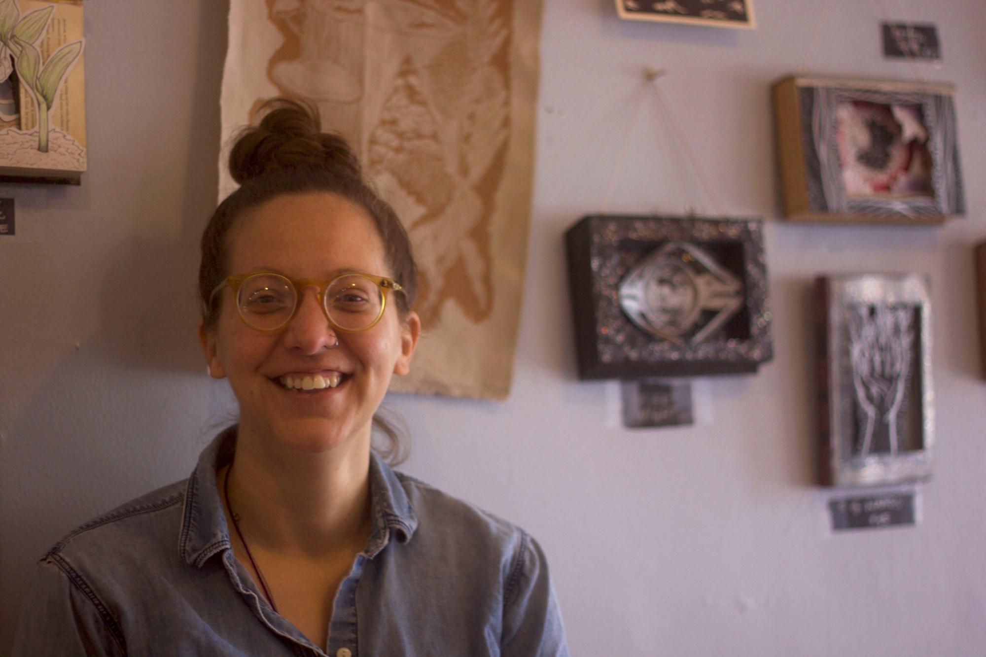 Ada   , at the worker-owned    Firestorm Books and Coffee   , where    the Center for Participatory Change    also has its offices.    Ada , en  Firestorm Books and Coffee , una librería y cafe cooperativa, donde  el Centro Para Cambios Participativos  (en inglés: The Center for Participatory Change) tiene sus oficinas.