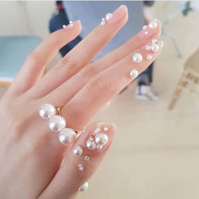 """A new way to accessorize 💎 pearl nail """"makeup"""" by the talented @nail_unistella would you wear this trend? #pearlnails #nailmakeup #naildecals"""