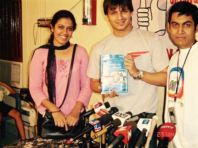 Preview book launch of THE VOYAGE TO EXCELLENCE MUMBAI. 2005. - With Bollywood Actor Vivek Oberoi.KEYWORDS: Vivek Oberoi, Nish Amarnath, Nischinta Amarnath, Bollywood, Mumbai.