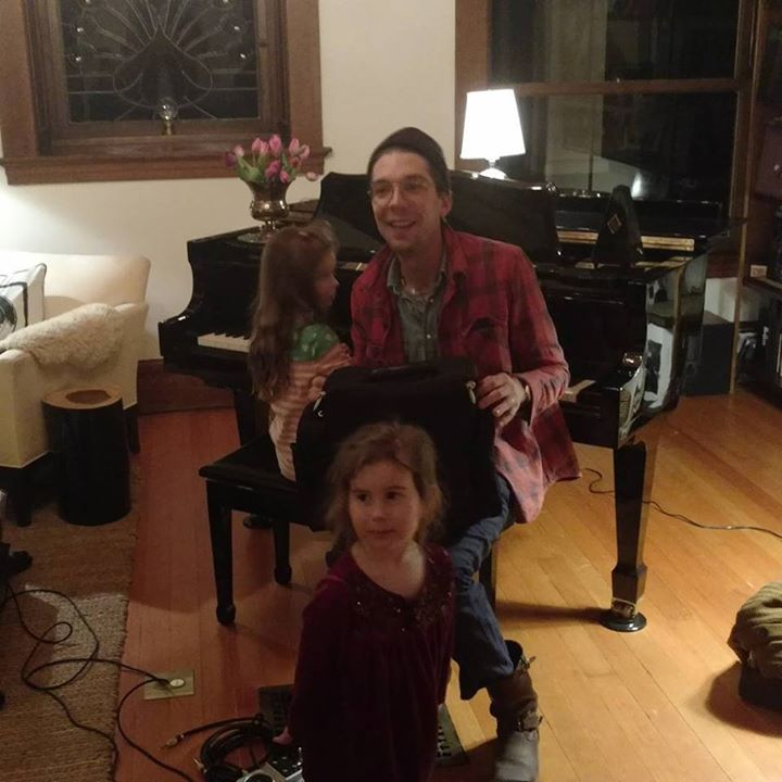 Lee's daughters help Justin Townes Earle soundcheck