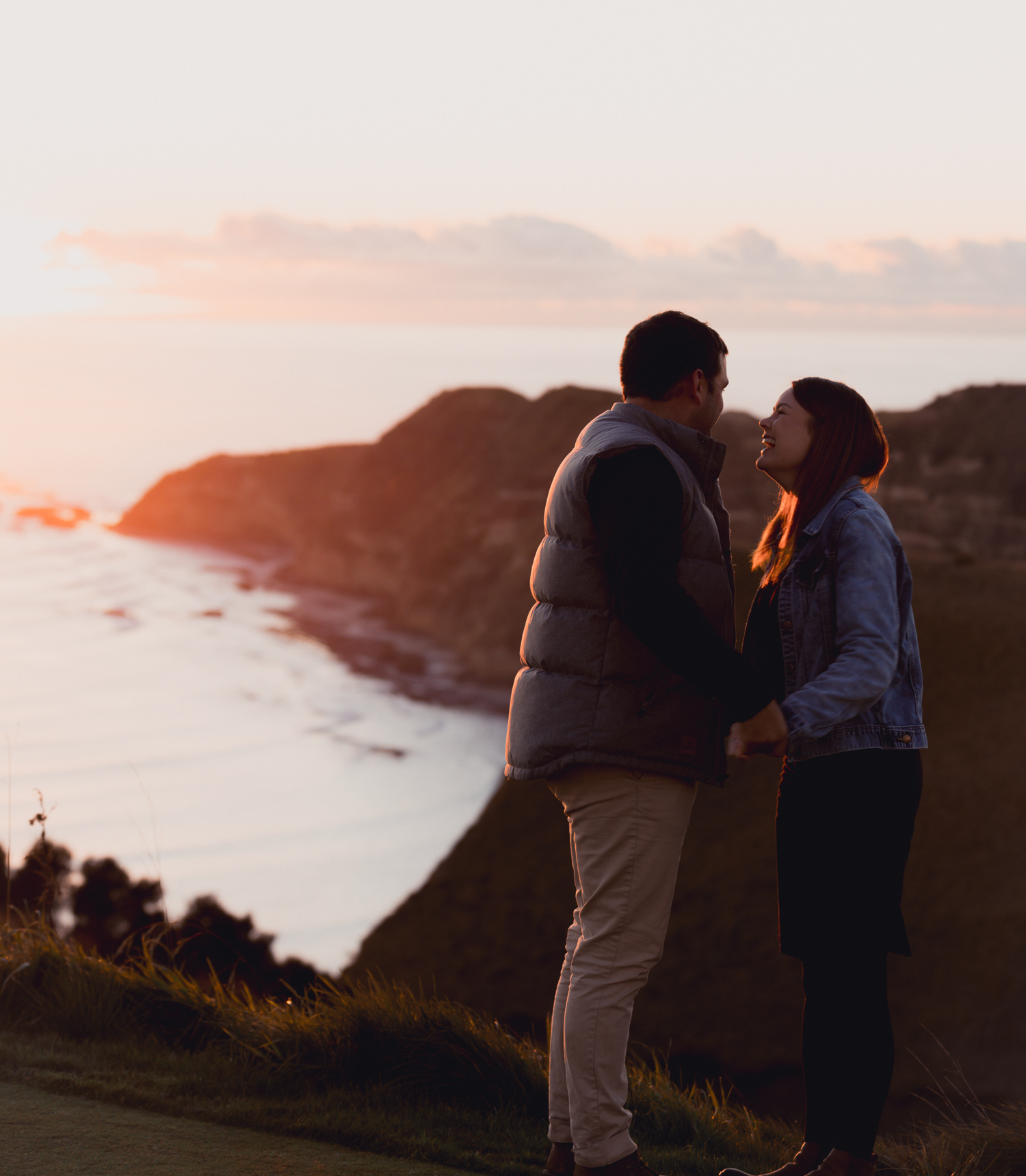 cape-kidnappers-golf-course-at-sunrise-hawkes-bay-in-background-couple-cuddling-together.jpg