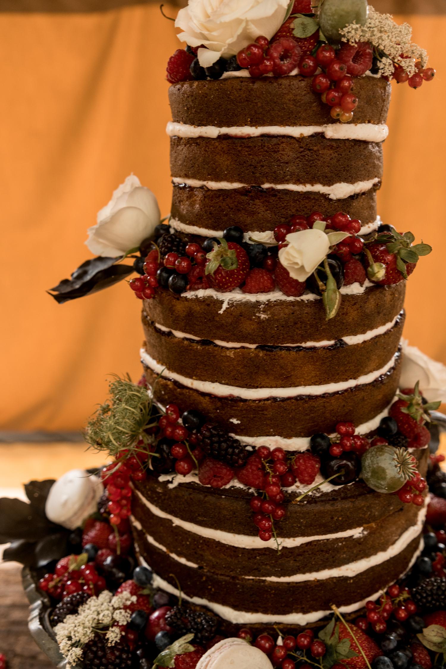 black-barn-winery-wedding-hawkes-bay-wedding-photographer-cake.jpg
