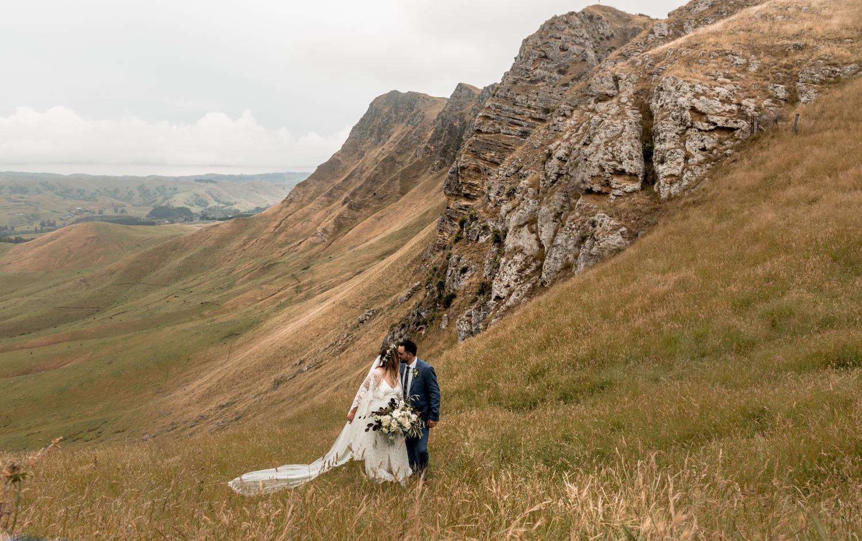 hawkes bay black barn wedding pregnant bride in grace loves lace dress up Te Mata Peak