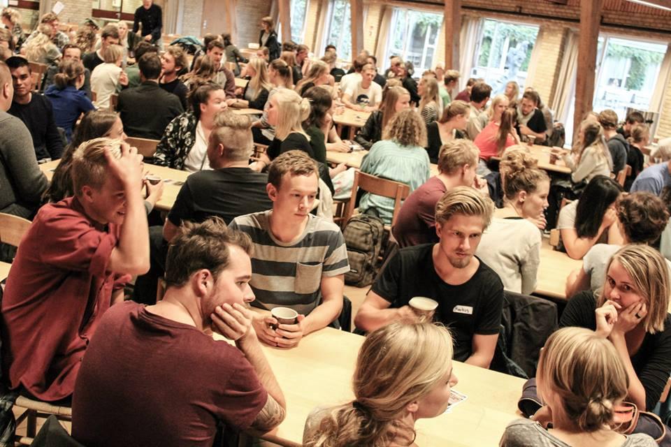 Går du på en videregående uddannelse? Og har du lyst til meningsfuldt fællesskab med andre studerende?  Så kom og se Aarhus KFS an - det er for alle og du er velkommen!  Hvem er vi og hvad vil vi? Læs mere  her .