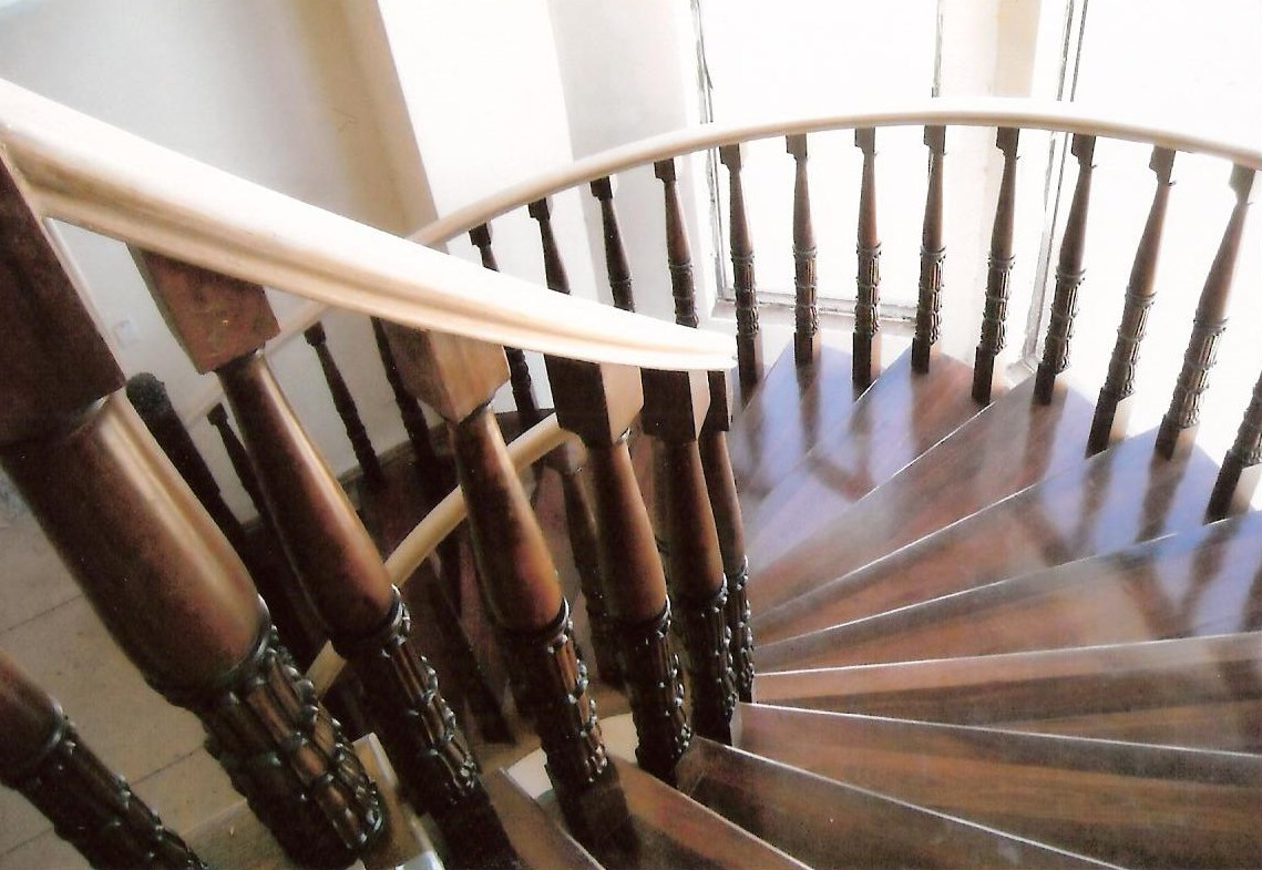 8 - Timber stairs, curved balustrade.jpg