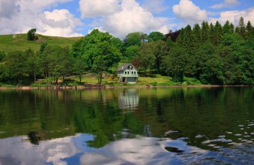Loch-Awe-Boathouse-across-the-water-500x326.jpg