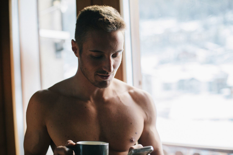 sex-love-life-2015-12-shirtless-guy-holding-phone-porn-main.jpg