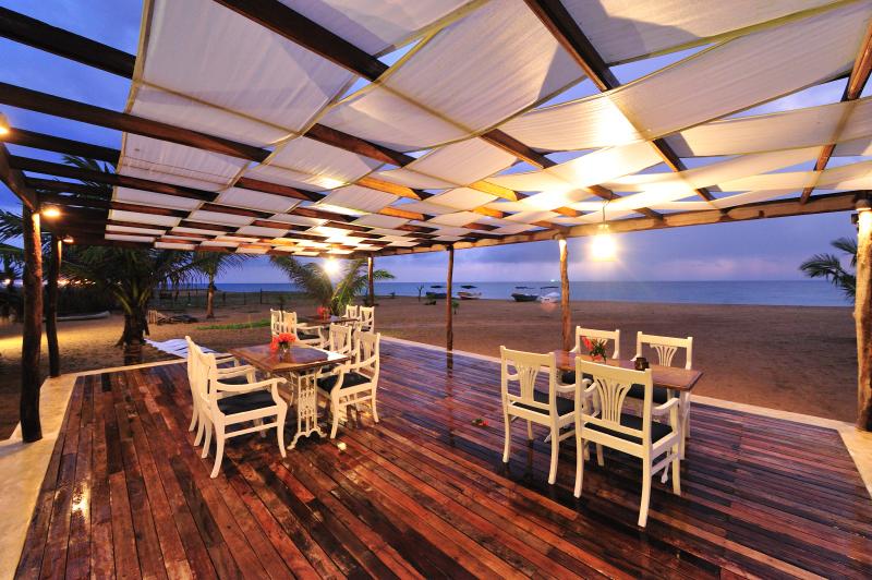 Dolphin Beach Resort - pavillion facing sea