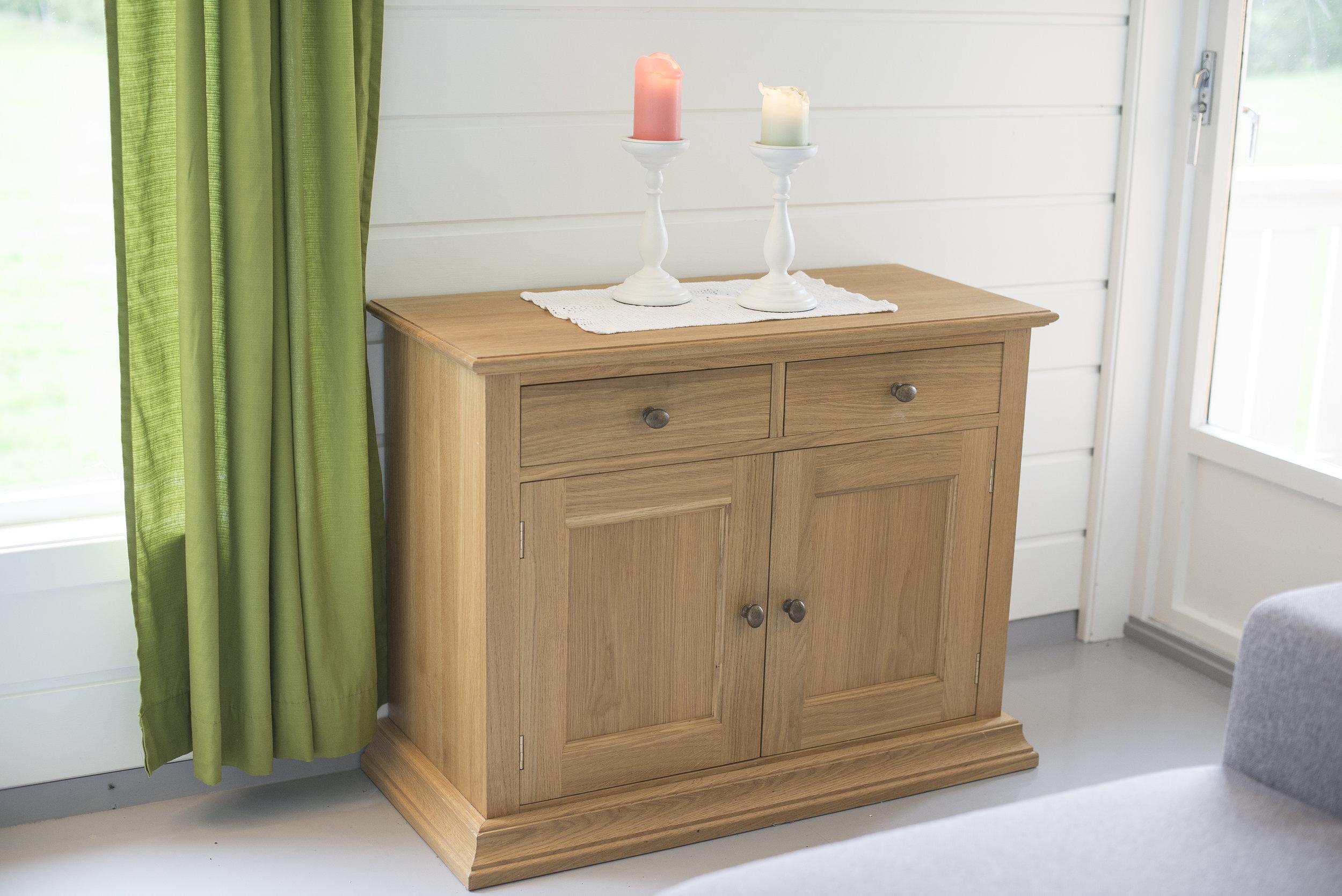 Eik er et svært slitesterkt treslag. Den flotte strukturen og den varme tonen gir flotte møbler.