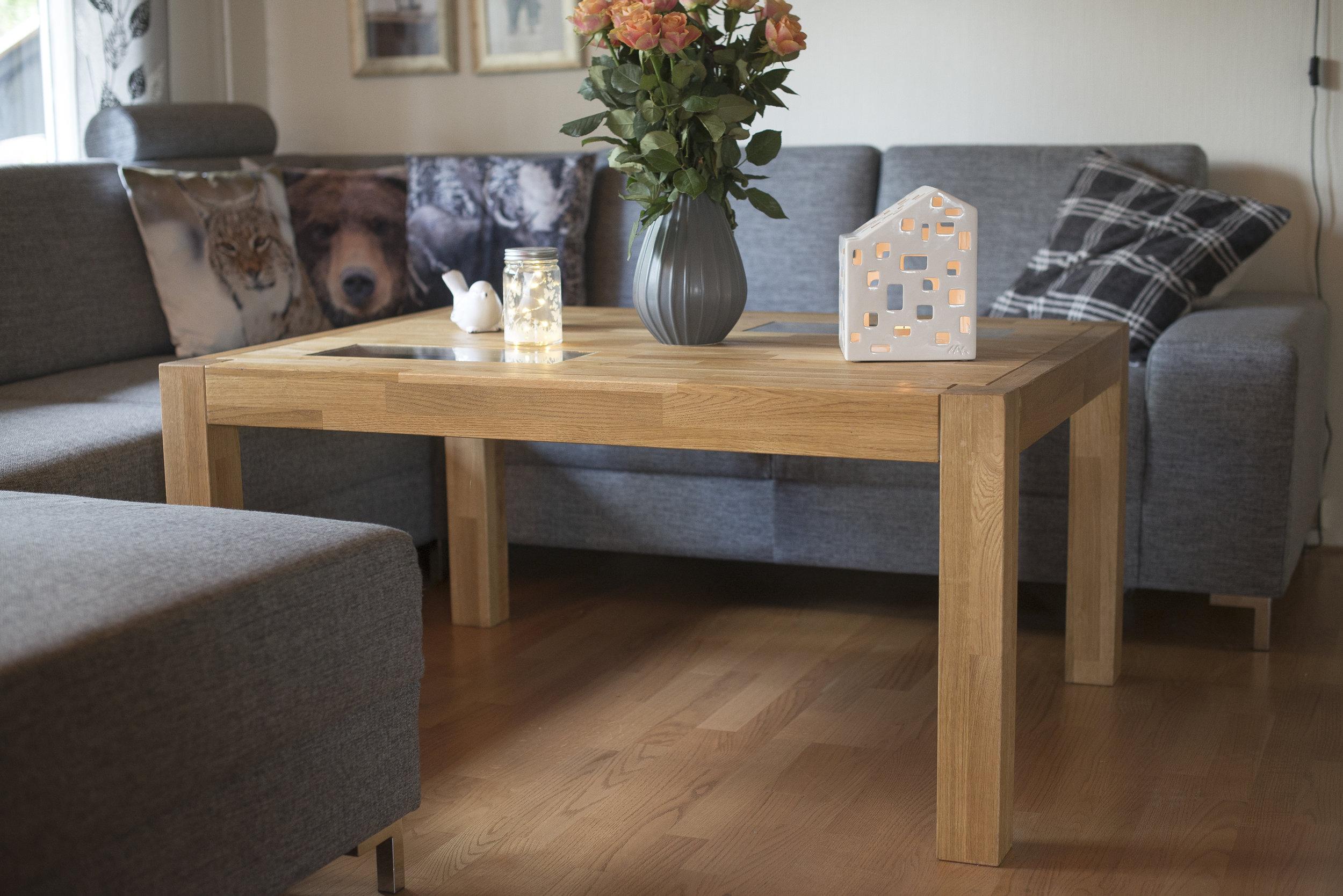 Stuebord i eik med glassdetaljer.