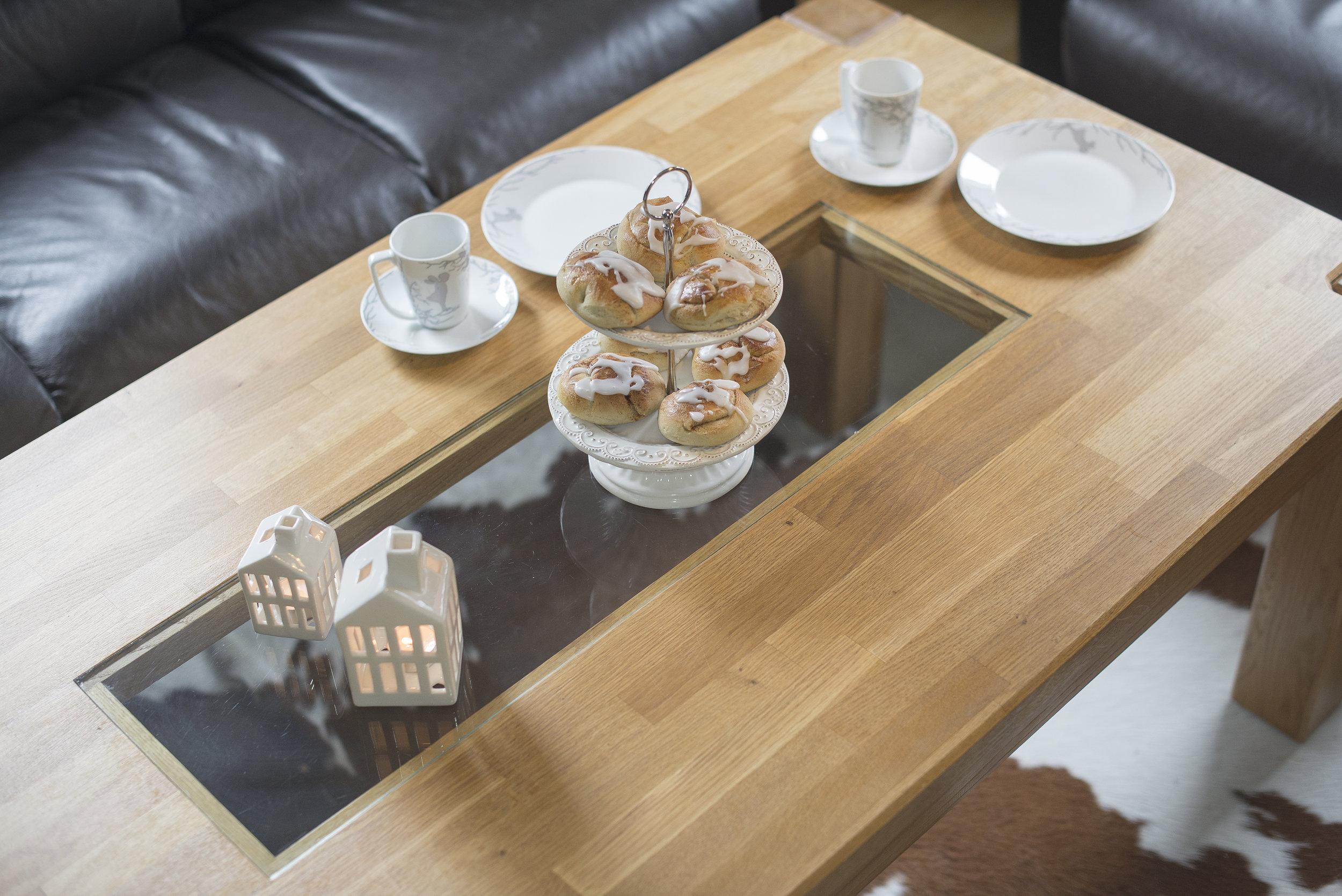 Stuebord i eik med glassdetalj.