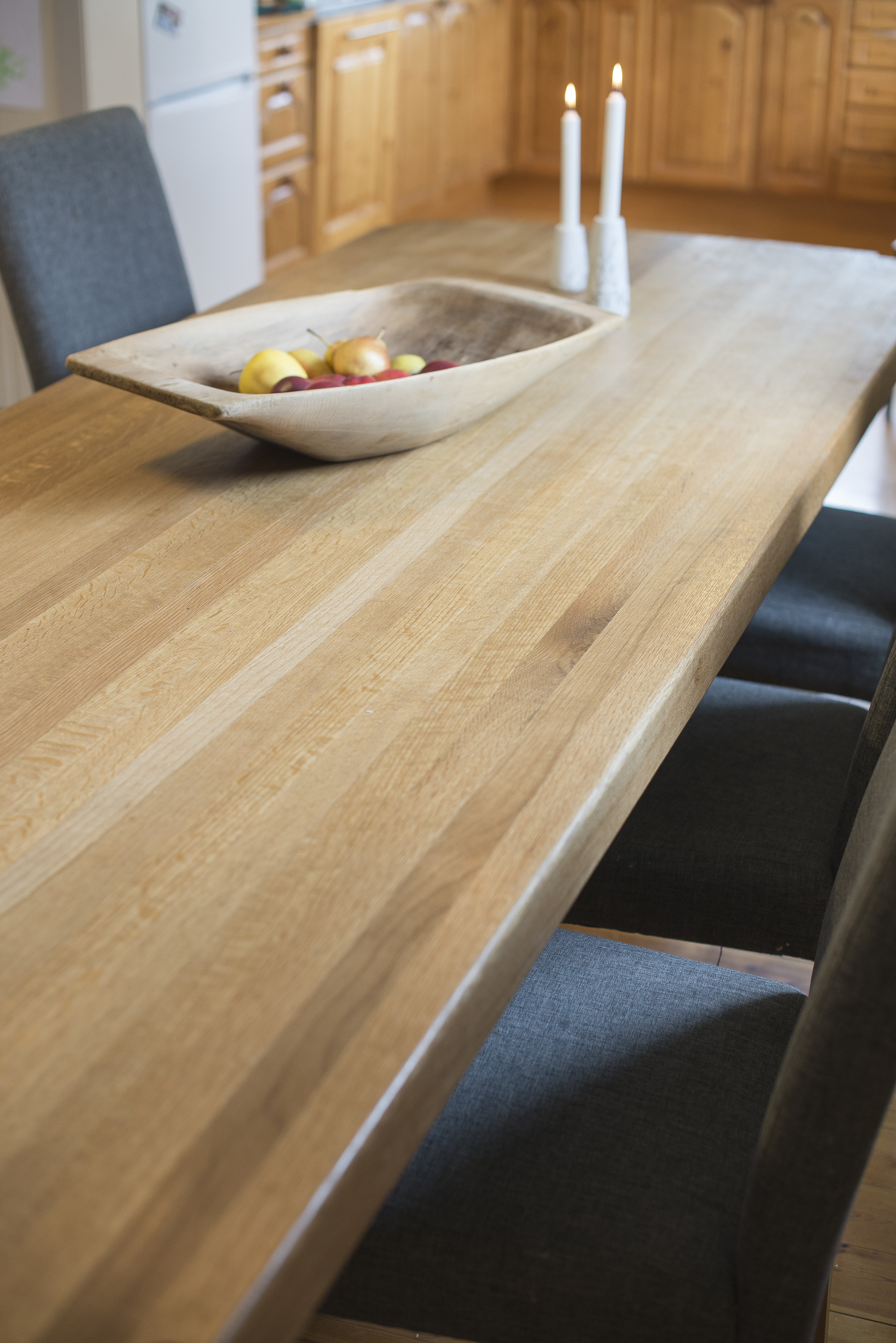 Et realt langbord med en solid bordplate.