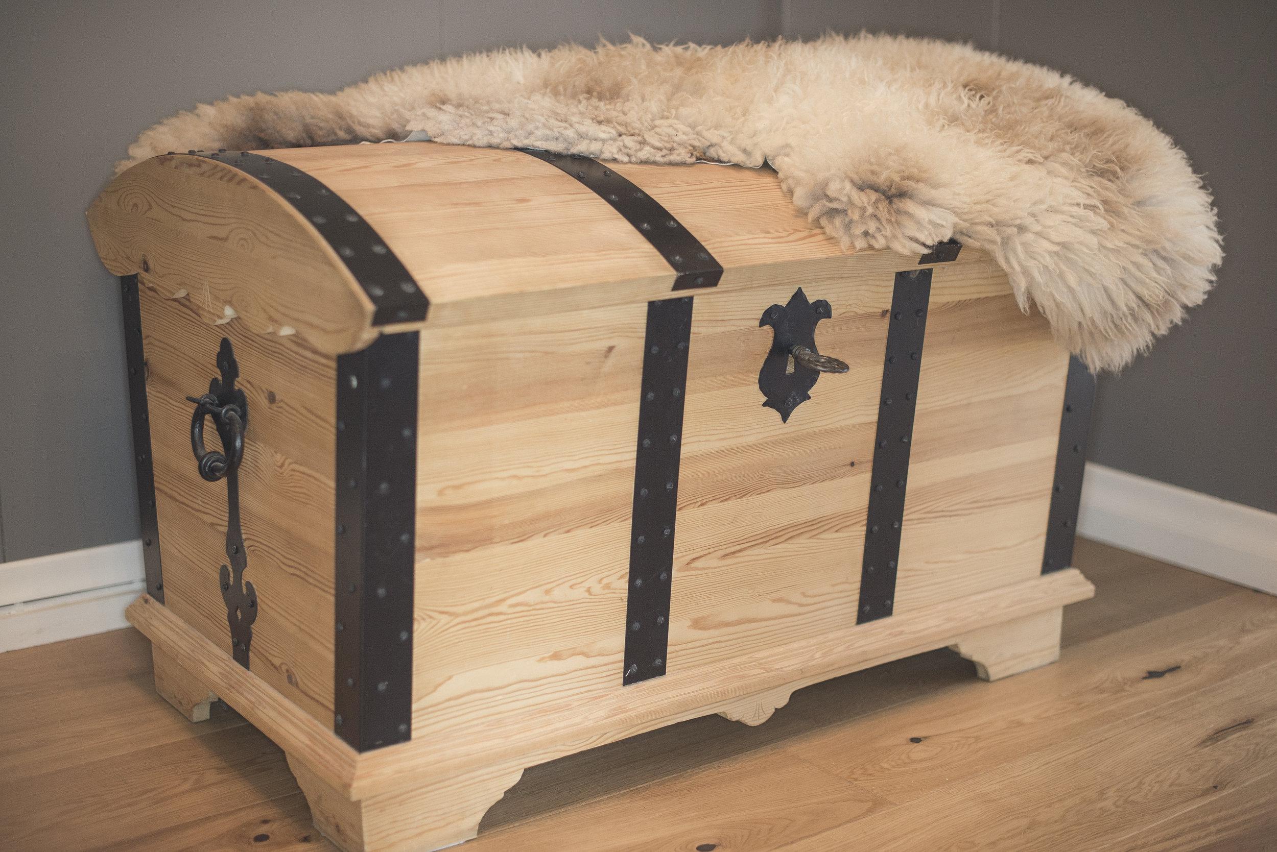 Klassisk kiste med jernbeslag.