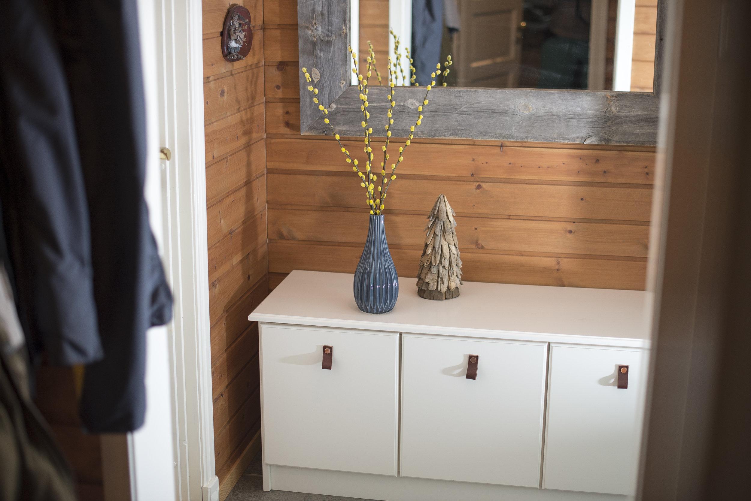 Benk med skuffer til entré i hytte på Bjorli. Vi laget også senger og garderobe i samme stil. Håndtakene er av skinn med knapper i kobberfarge. Speilet har vi også produsert, det er av naturlig eldet treverk.
