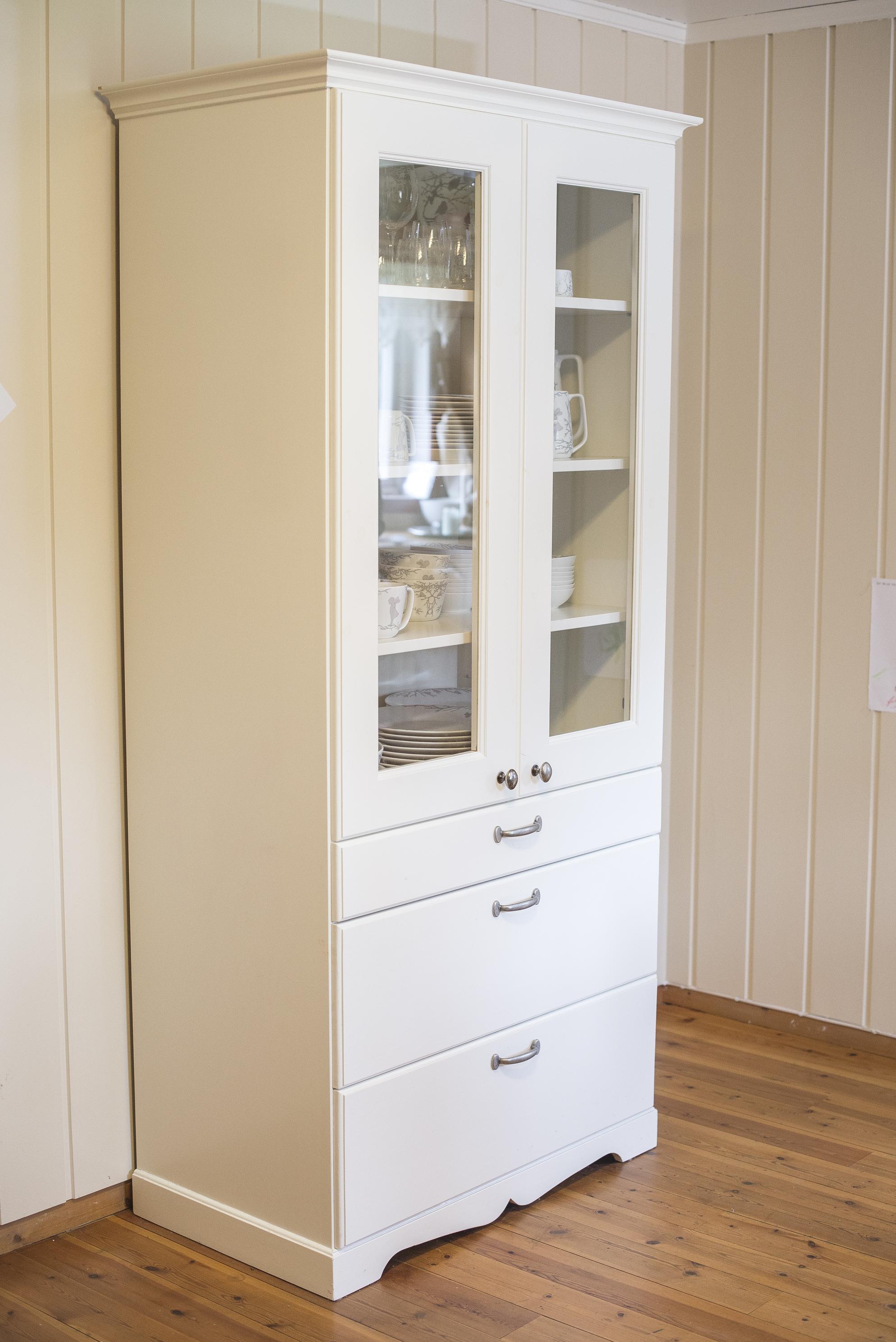 Skap til kjøkkenet i tidløs hvitfarge. Elegante profileringer som gir et flott uttrykk.