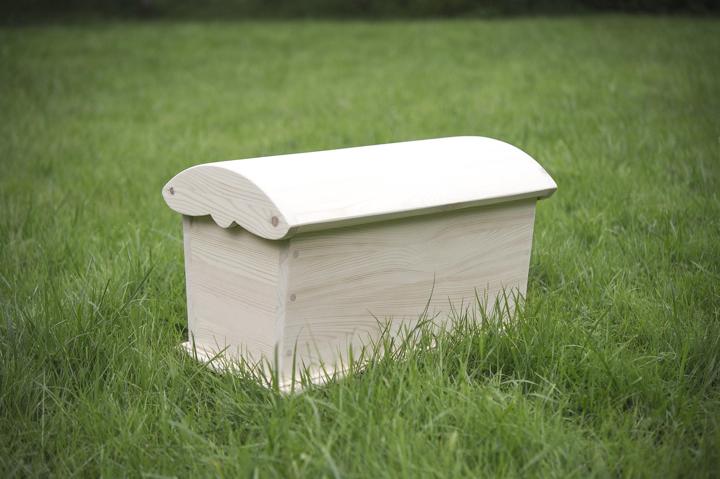 Kiste som gis i gave til en heldig konfirmant. Over er kisten ferdig fra oss, før den får flotte utskjæringer hos treskjærer.