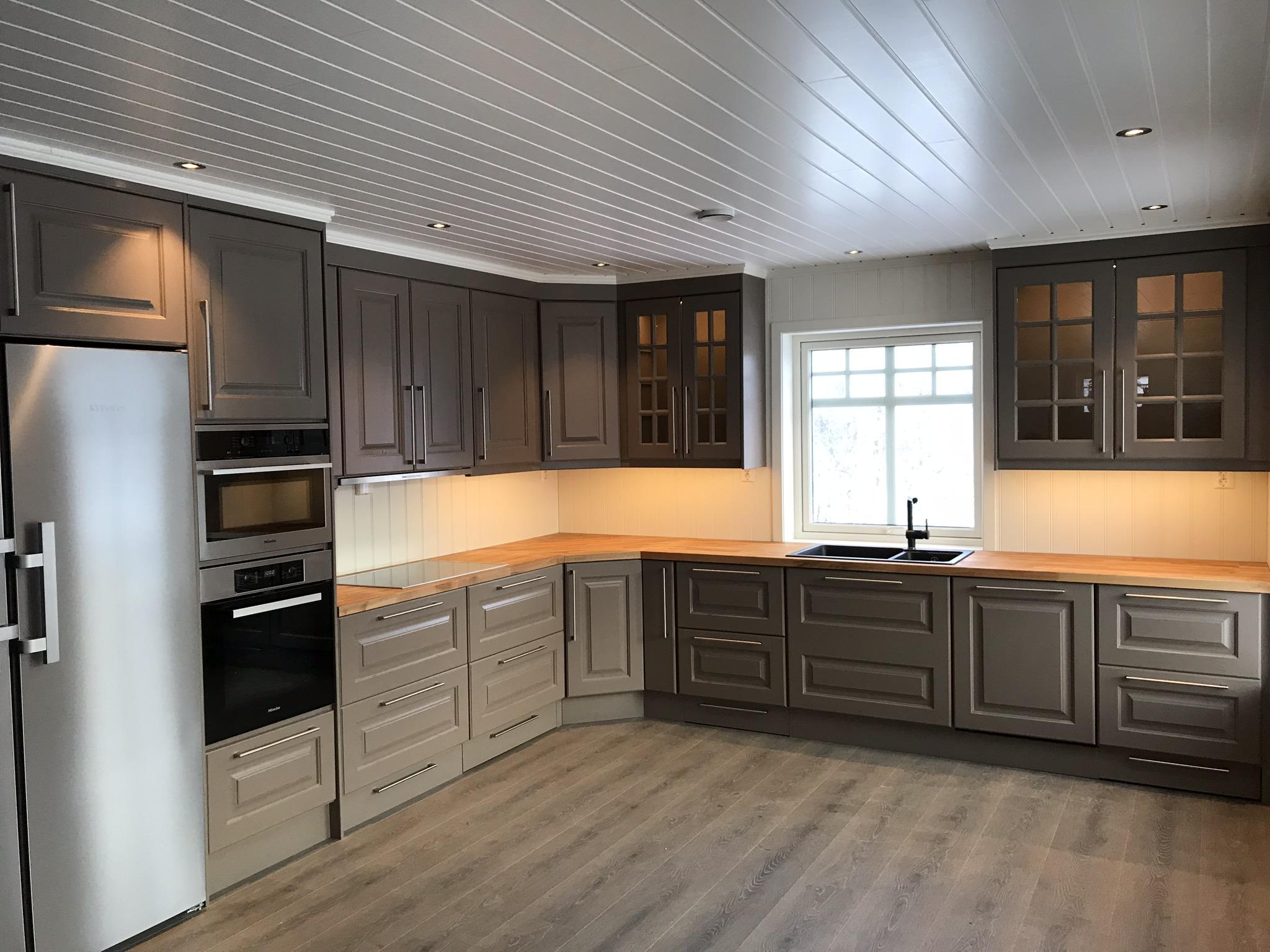 Kjøkkeninnredning levert sammen med hvitevarer og vask.