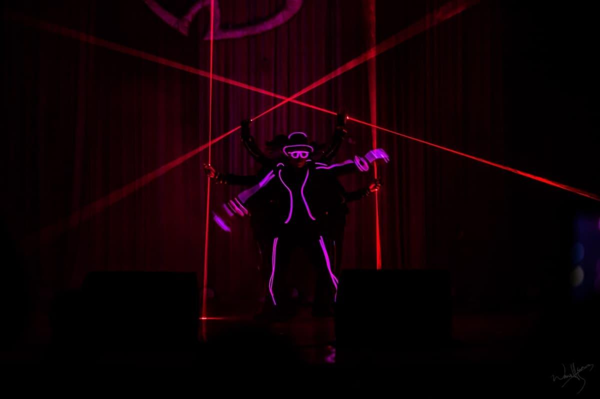 ▲新郎進場特別結合  電光舞團Luxyboyz的表演。