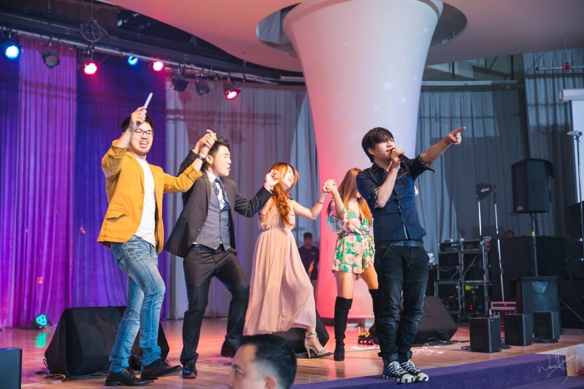 ▲王宏恩驚喜獻聲,觀眾興奮起身共舞