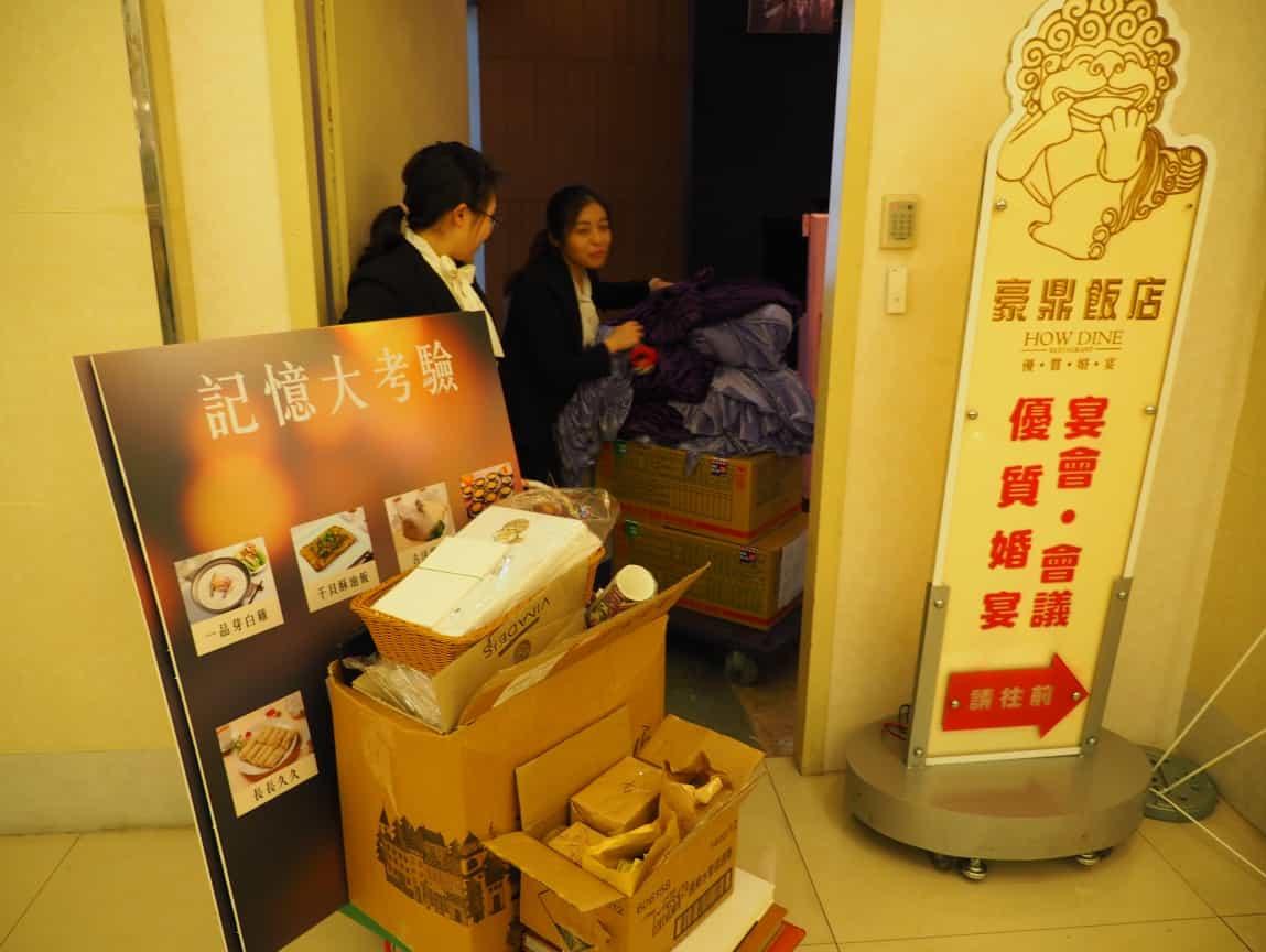 這天晚間的婚禮也走到了二次進場,珣和瑋婷也開始把活動道具搬到現場。