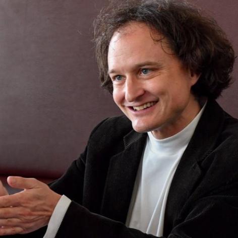 Stefan Kutzenberger - ist Komparatist, Kurator und Schriftsteller. 2018 erschien sein hochgelobtes Romandebüt »Friedinger«.