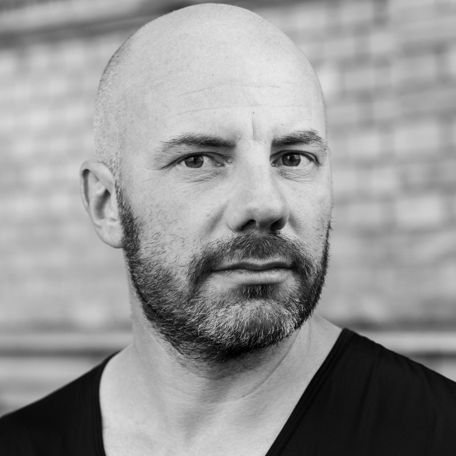 Daniel Wisser - ist Schriftsteller, literarischer Performer und Musiker.