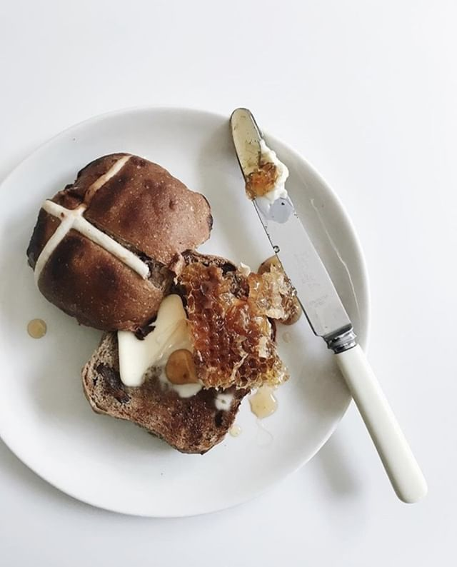 What a way to start your #Saturday 🍯 🐝 . . #Food stylist and #photographer @kirstenljenkins was the brains behind this #hotcrossbun creation 📸 . . #makeitdelicious #vsco #vscofilter #vscoedit #vscocam #vscofood #hotcrossbun #easter #honey #honeycomb #foodphotography #foodpic #foodstyling #foodstagram #instafood #kodakit #snapitkodakit #shootsmadesimple #foodie #breakfast #brunch #honeycomb #foodstylingandphotography #sweettreat #saturdaymorning #weekend