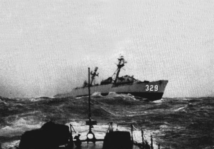 USS_Kretchmer_(DER-329)_in_heavy_seas_c1959.jpg