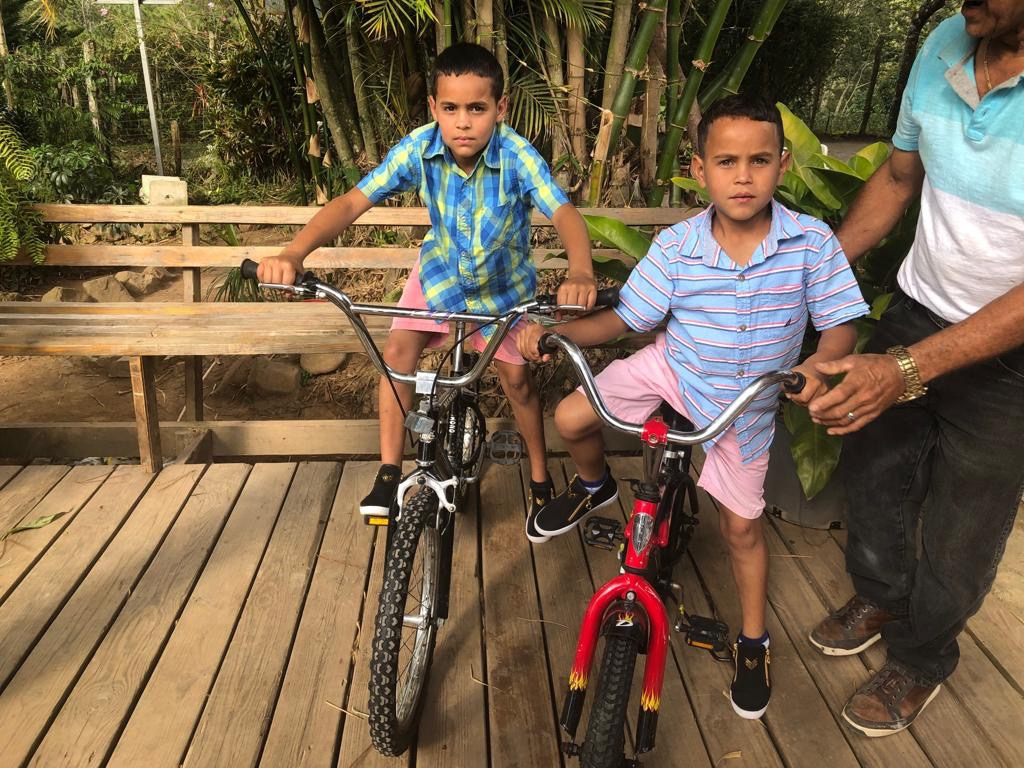 Wilbur & Julio con bikes 2.jpg