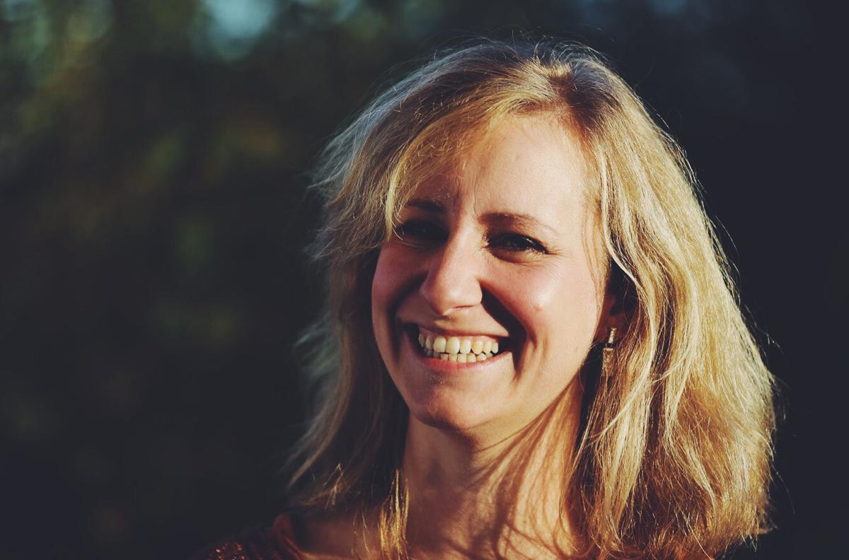 Cin Sommerijns - Ik ben Cin Sommerijns, 39 jaar en mama van 3 schatten, Niel, Ceres en Elias. Yoga maakt al van jongs af aan deel uit van mijn leven.