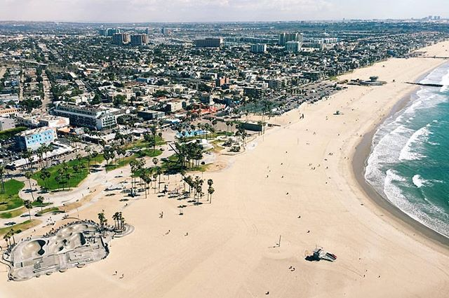 Happy Friday Everyone!! If you're not hitting the beaches make sure to check us out! ☎️ (562) 290-0046 or email us at www.air360helicopters.com #flynyon #hotweekend #sun #Venice #lacounty #beachlife #helicopter #air360helicopters #avation #photography #sunscreen