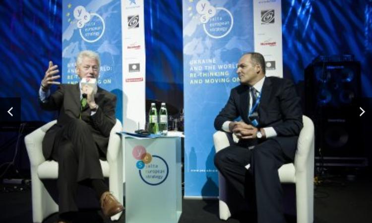 Pinchuk and Bill Clinton photo.png