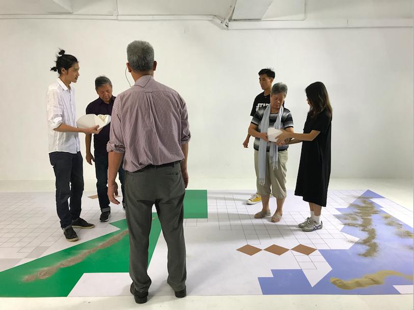 參加了死物習作的Enablers(年輕設計學生和老年人),正在為花園葬的新撒灰器設計模型進行共創演練測試 (Photo:Enable Team)