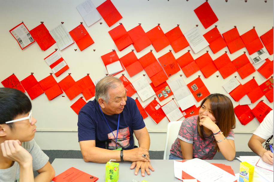 在死物習作中期,學生們經過了一整個月的老年題目資料搜集和設計行動後,於社創設計室內與多達一百位老年人見面,首次進行跨代共創過程。 ( Photo : Ching Ho Yin)