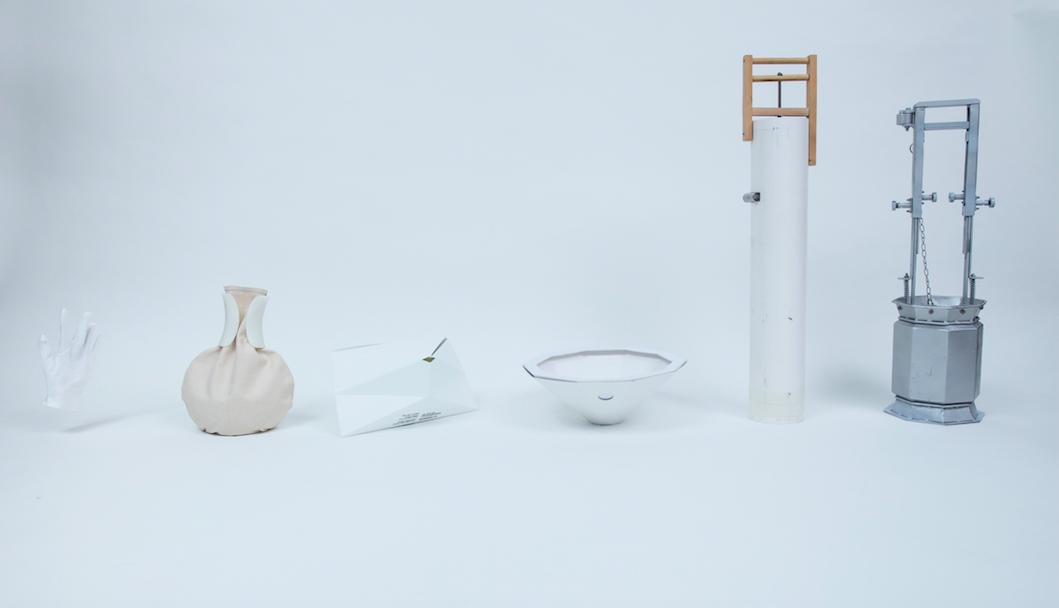 啟民創社團隊從死物設計的研究中發現,市民可以自攜撒灰工具到紀念花園撒灰,於是我們從物件出發思考,最後聯同Milk Design 設計並整理出一系列的死物設計概念,從人性至機械排列(由左至右)包括:佛教徒選用的棉手套、骨灰袋改裝成撒灰袋的設計概念模型;參考香港殯葬文化中的紙祭品概念,設計出方便摺疊、低生產成本及鼓勵表達思念和一次性使用的新紙撒灰器「信別」;方便雙手控制的漏斗形概念模型;以聲音和動作控制的聲音撒,還有食環署研製的現役撒灰器(右)。(Photo:Ching Ho Yin)