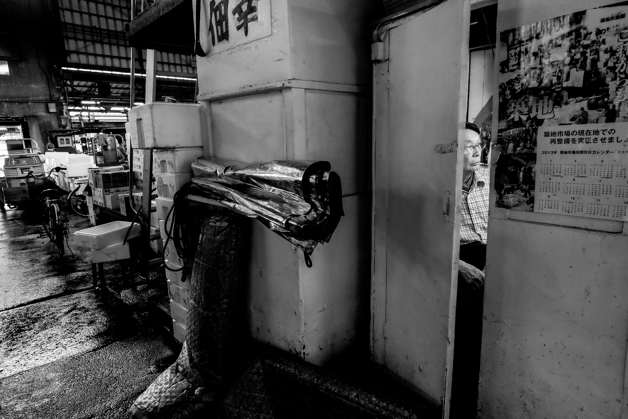 Fujifilm X-Pro1 - 23mm f/1.4 - 1/80 - f/5.6 - iso4000 The fish market is not an easy place to shoot. The light is challenging, you have to watch out not to get in the way and it's a bit messy. On the other hand, this gives you opportunities for layered pictures that require the viewer to look at your image a bit longer.