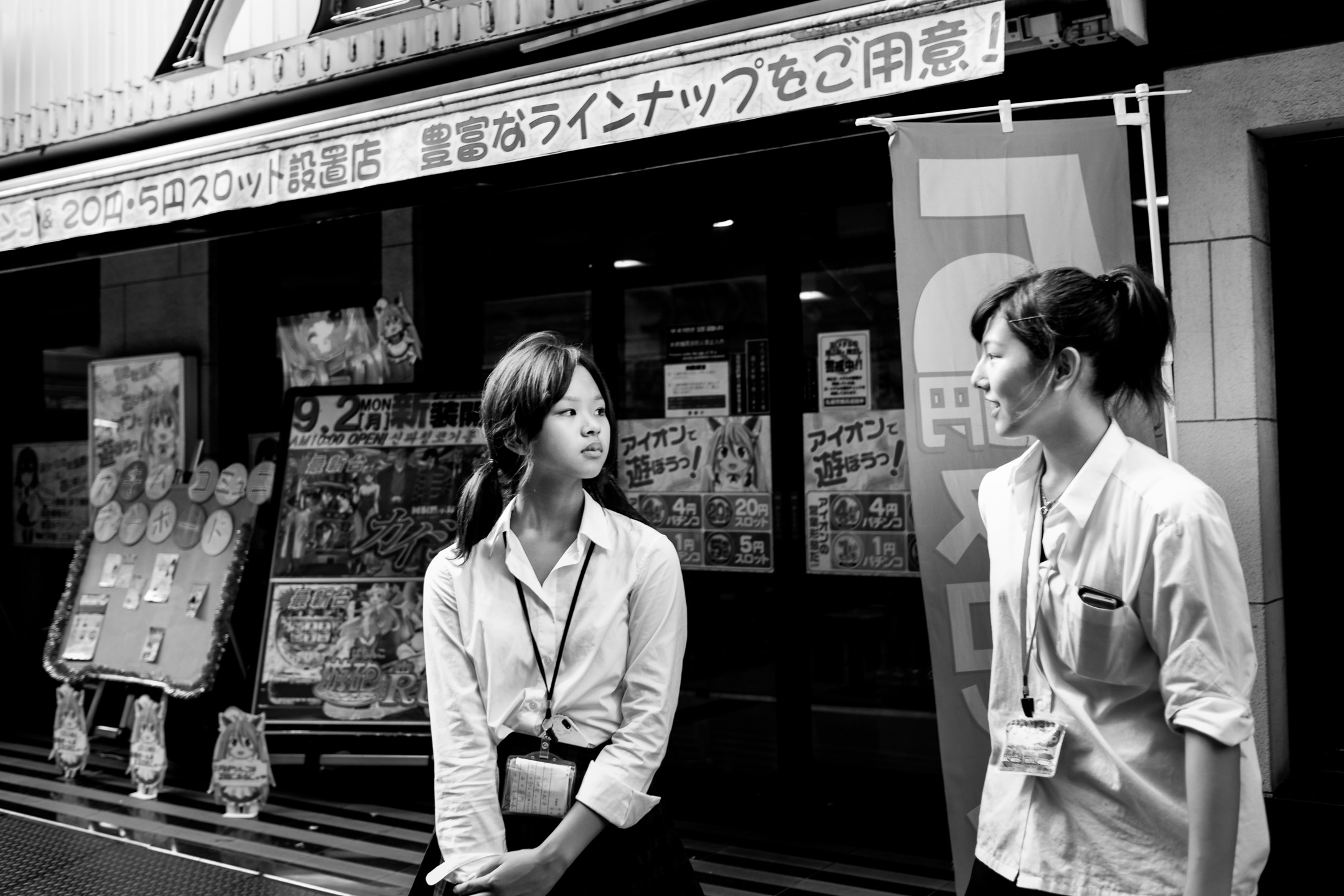 Fujifilm X-M1 - 23mm f/1.4 - 1/320 - f/2 - iso200 I'm always on the lookout for elegance and that's a quality that a lot of women in Tokyo posses, much more than in any other place I've visited. Despite the fact that nothing spectacular is going on in the picture, I'm still drawn to it for reasons that I can't exactly explain. But do you always need an explanation?