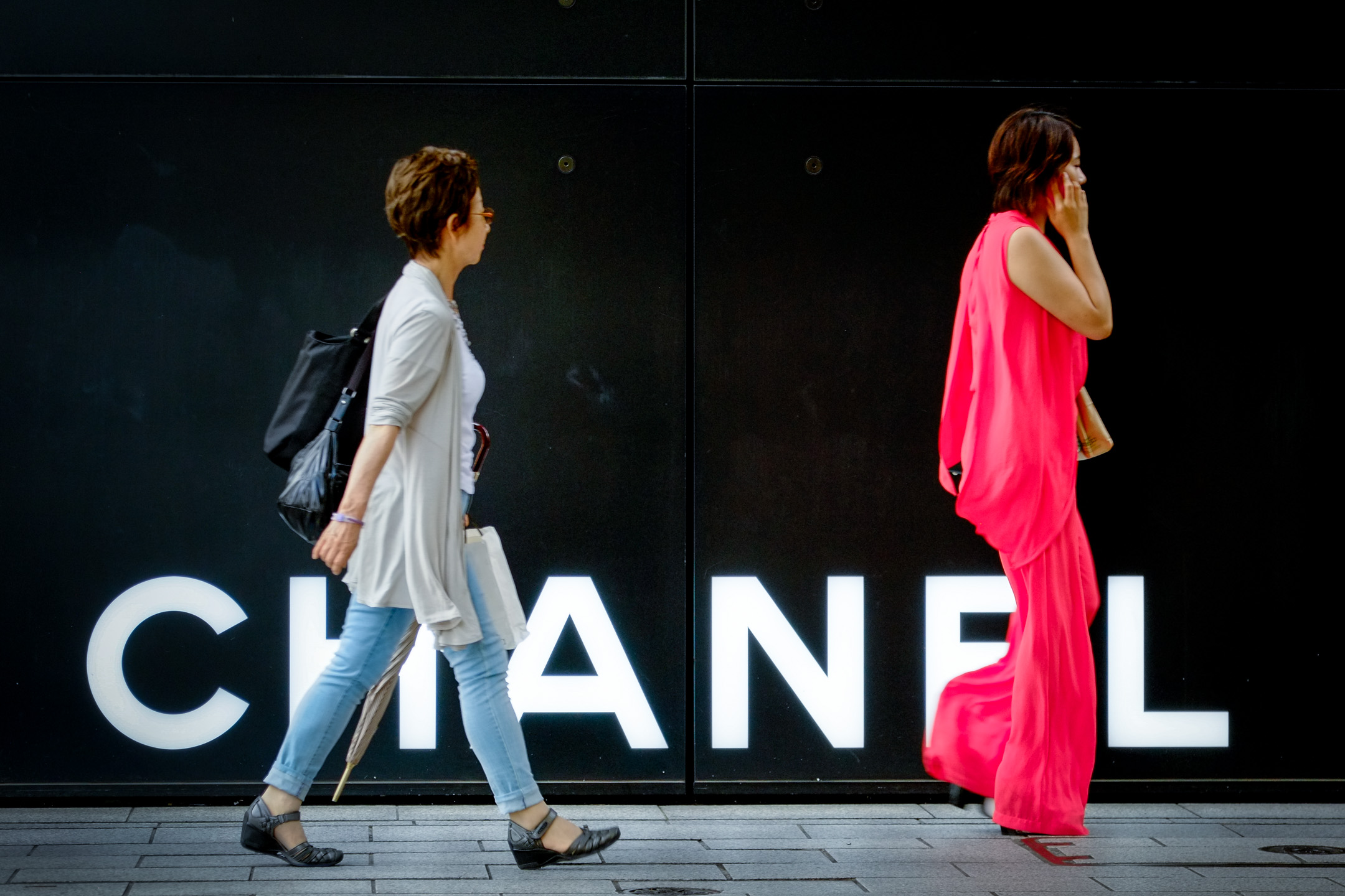 Fujifilm X-Pro1 - 55-200 @74mm - 1/170 - f/3.7 - iso800 This is the only time I used a long lens on this project. I spotted the Chanel sign and I waited for half an our on the other side of the street until I got some Eastern elegance in the picture to contrast with the Western icon.