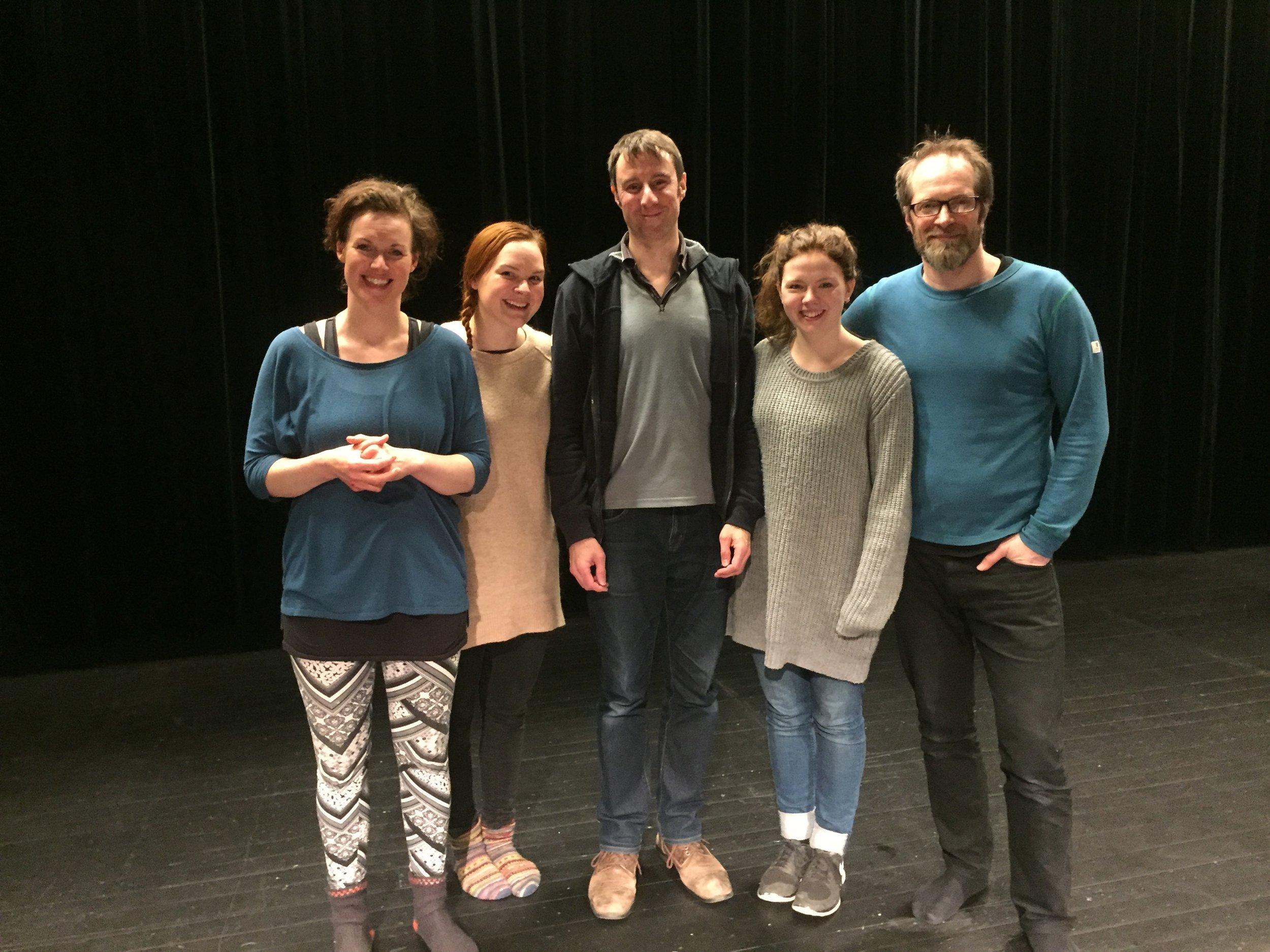 Instruktør Dominic Kelley saman med skodespelarane på forteljar-workshop: Idun Losnegård, Odal Alisøy, Reidun Melvær Berge og Kyrre Eikås Ottersen.