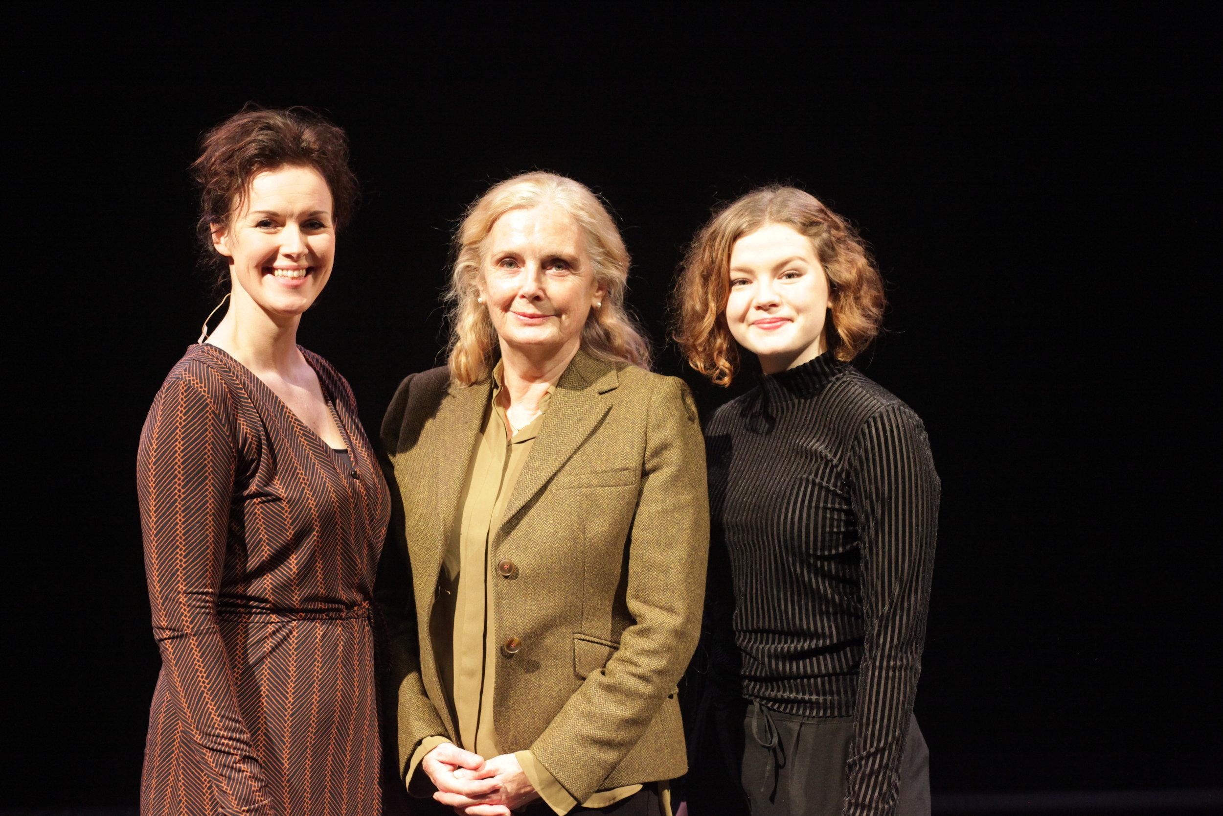 Idun Losnegård (Miriam si forteljing), regissør Marit Østbye, Reidun Melvær Berge (Maria Magdalena - Jesu virke). Foto David Bowen