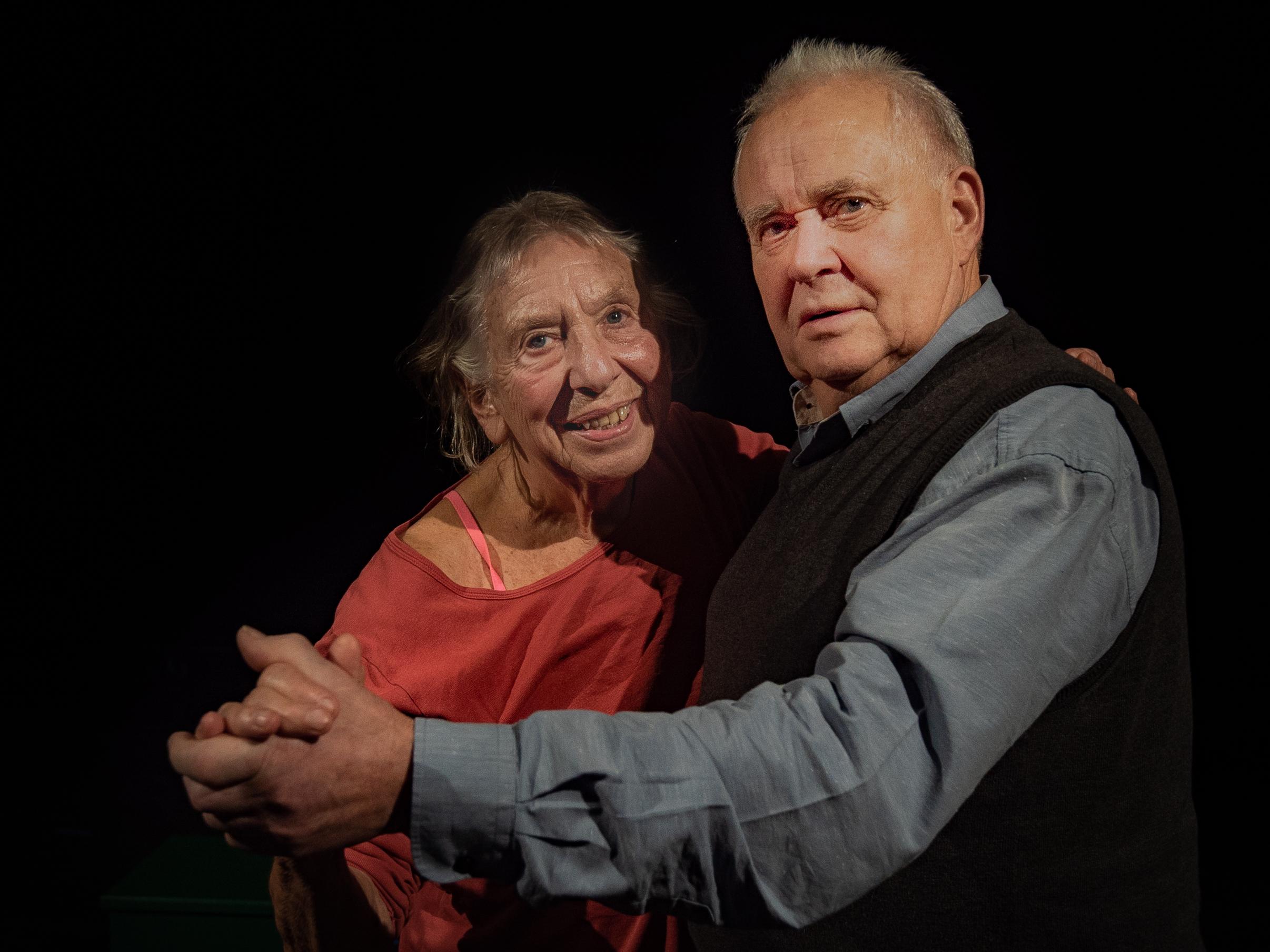 Sarah Thingnes (81) og Tollef Årdal (76) har dansa sidan ung alder og gler seg til å stå på scena. Foto: Johan Moen