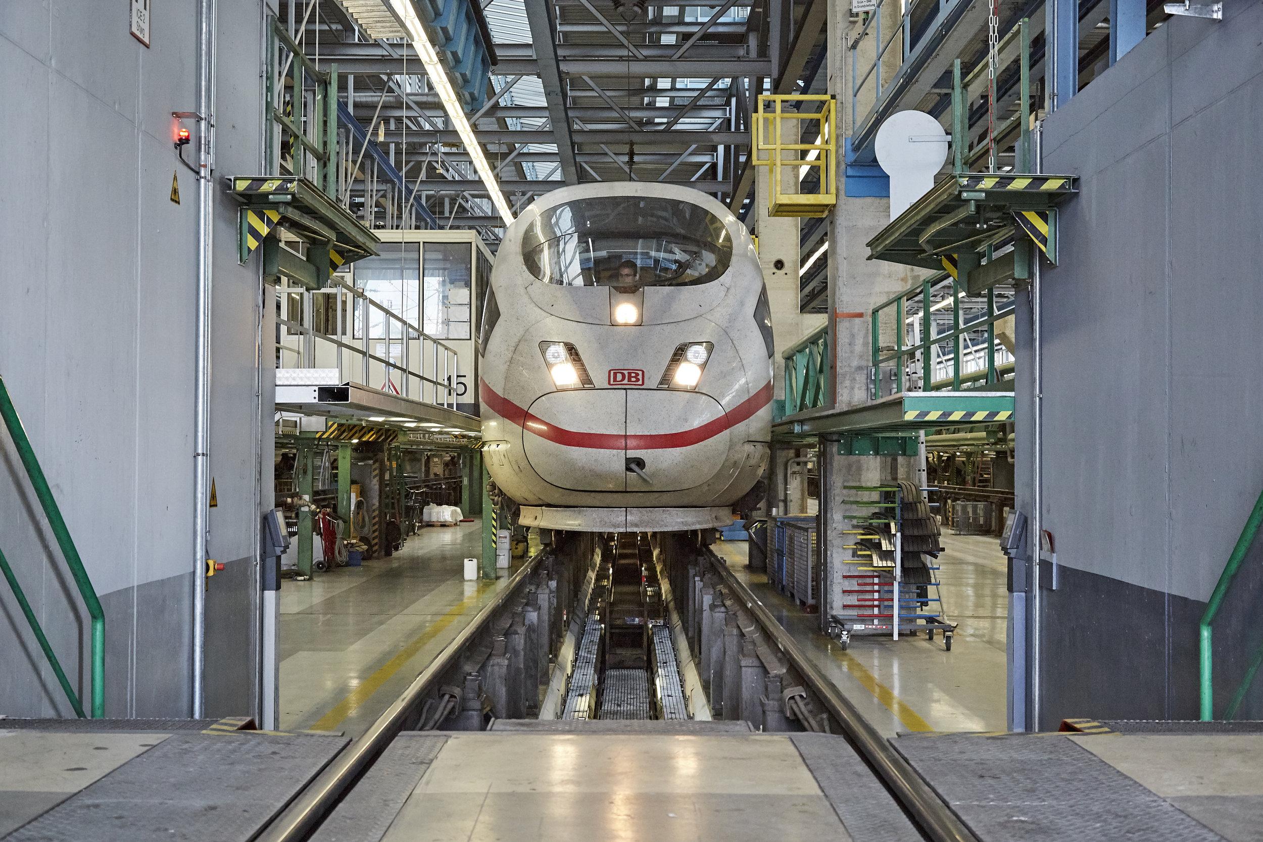 DB / WLAN Wartung - Einbau von WiFi Routern zur Internetnutzung für Fahrgäste in ICE Zügen