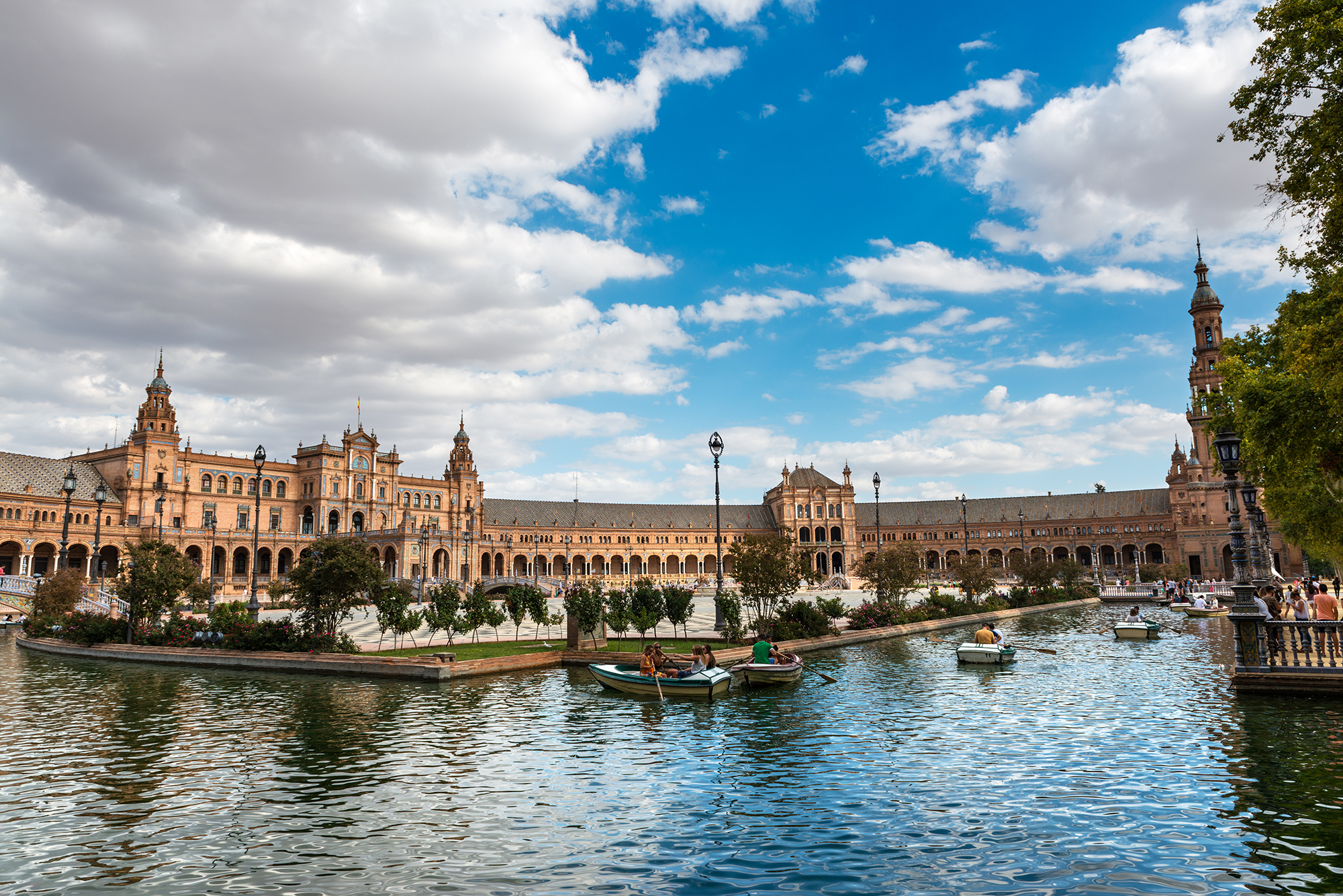 Pond and boats in the Plaza de España